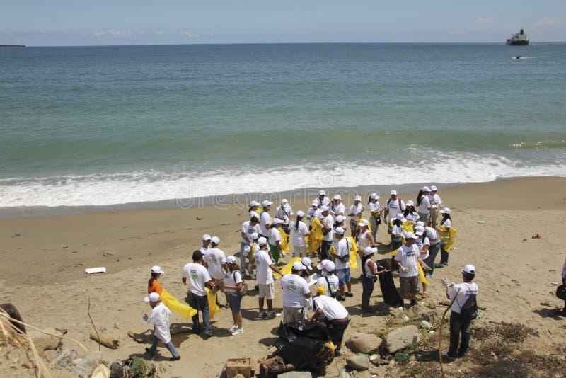 Atividade litoral internacional do dia da limpeza na praia de Guaira do La, Venezuela do estado de Vargas foto de stock