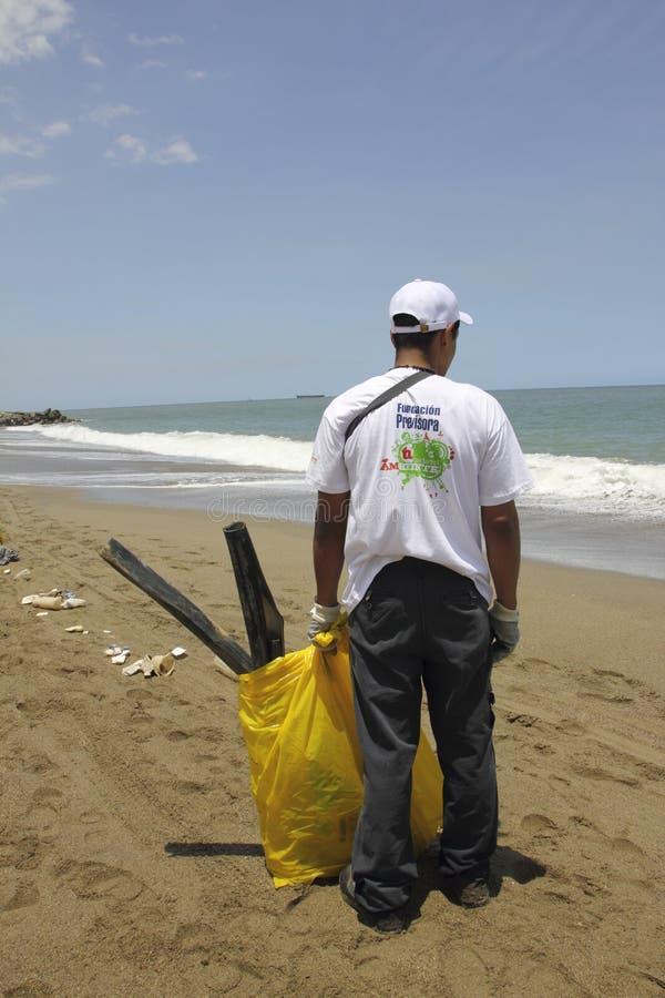 Atividade litoral internacional do dia da limpeza na praia de Guaira do La, Venezuela do estado de Vargas imagens de stock