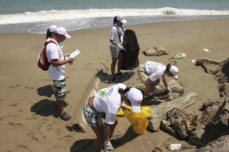 Atividade litoral internacional do dia da limpeza na praia de Guaira do La, Venezuela do estado de Vargas imagem de stock royalty free