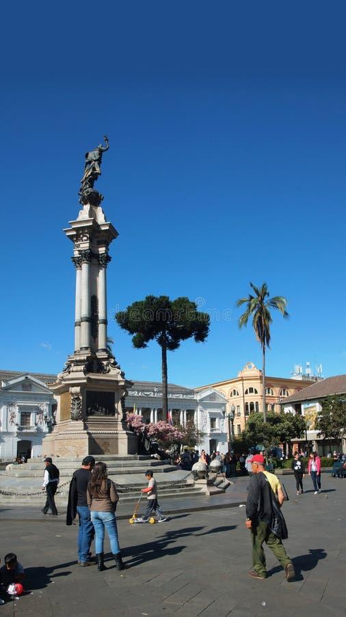 Atividade no quadrado da independência no centro histórico da cidade de Quito O centro histórico foi declarado pelo UNESCO o prim fotos de stock royalty free