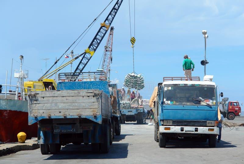 Atividade portuária exótica asiática com caminhões e navio. fotos de stock