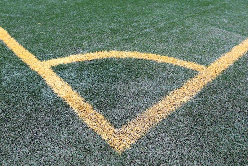 Atividade secundárioa de canto do futebol, linhas amarelas no relvado artificial verde imagens de stock royalty free