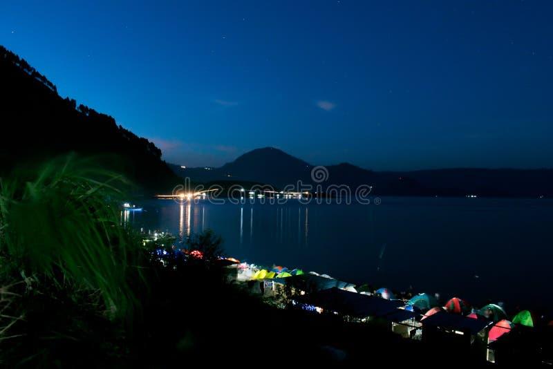 Atividades 1000 barracas na borda do lago Toba imagem de stock royalty free