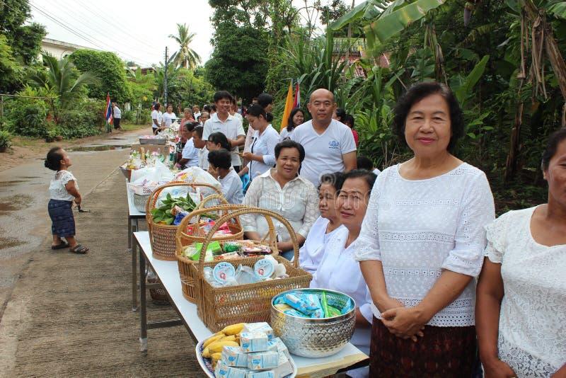 Atividades da caridade no buddhism imagens de stock