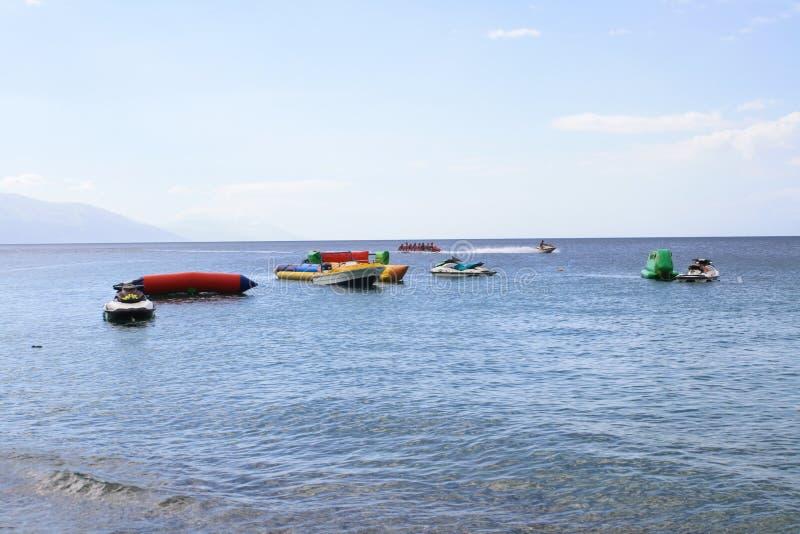 Atividades de água diferentes dos esportes no mar foto de stock