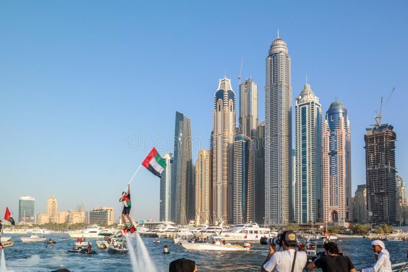 Atividades de água do divertimento da cidade de Dubai, atrações turísticas no porto de Dubai, bandeira dos UAE foto de stock