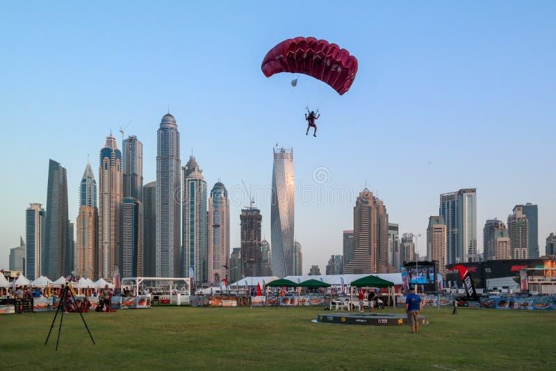 Atividades de salto de paraquedas do divertimento da cidade de Dubai, atrações turísticas no porto de Dubai fotos de stock royalty free