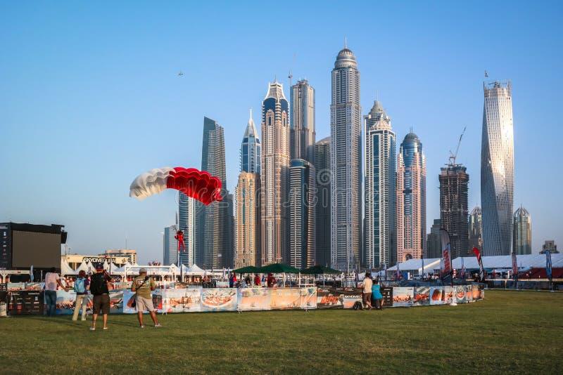 Atividades de salto de paraquedas do divertimento da cidade de Dubai no porto de Dubai fotografia de stock royalty free