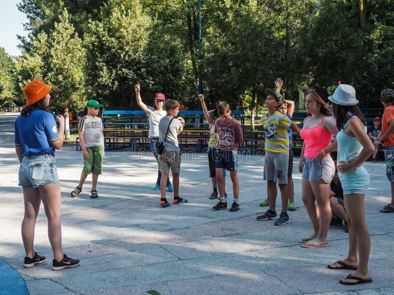 Atividades do jogo em um acampamento das crianças na cidade Anapa do russo da região de Krasnodar fotos de stock