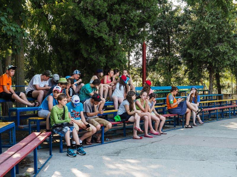 Atividades do jogo em um acampamento das crianças na cidade Anapa do russo da região de Krasnodar imagem de stock royalty free