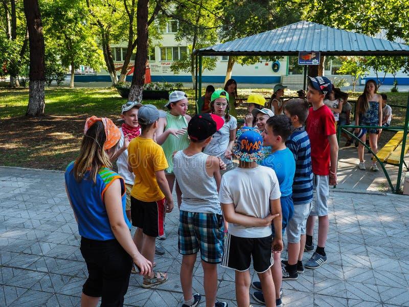 Atividades do jogo em um acampamento das crianças na cidade Anapa do russo da região de Krasnodar fotografia de stock