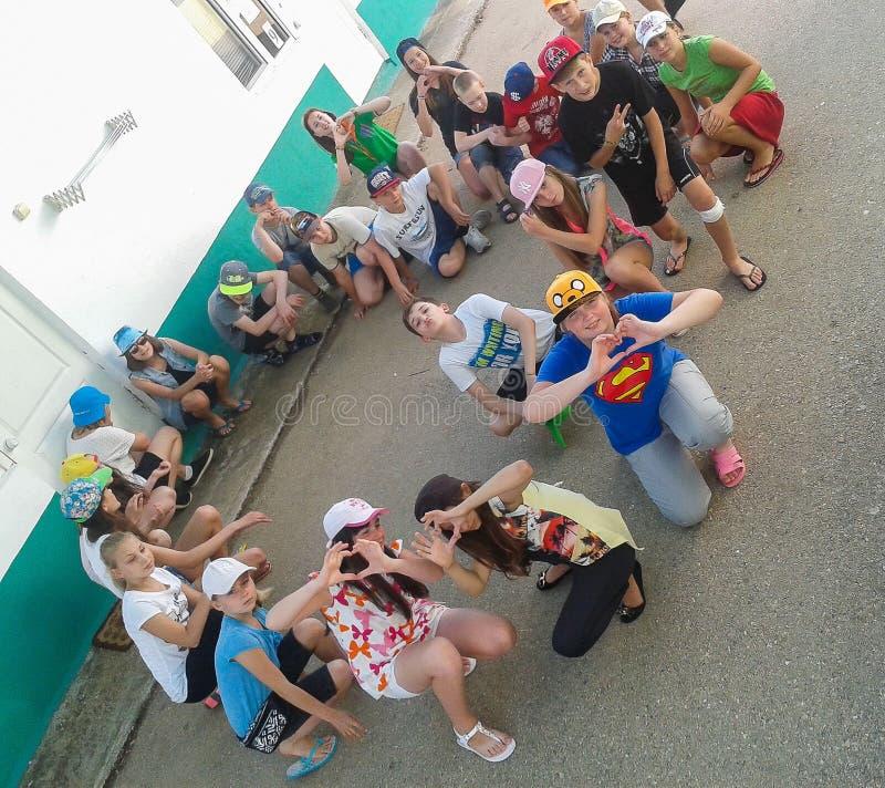 Atividades do jogo em um acampamento das crianças na cidade Anapa do russo da região de Krasnodar foto de stock royalty free