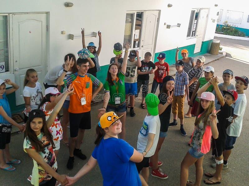 Atividades do jogo em um acampamento das crianças na cidade Anapa do russo da região de Krasnodar imagens de stock royalty free