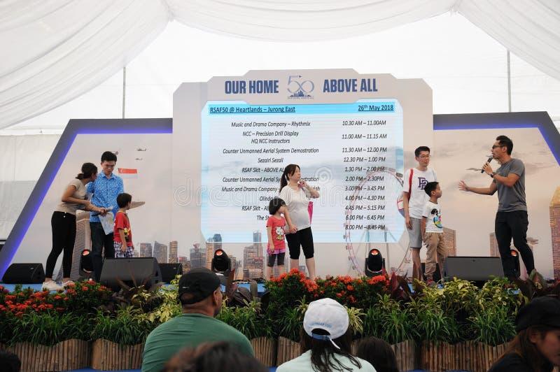 Atividades do jogo na fase durante o evento dos anos RSAF50 em Singapura Jurong do leste imagens de stock royalty free