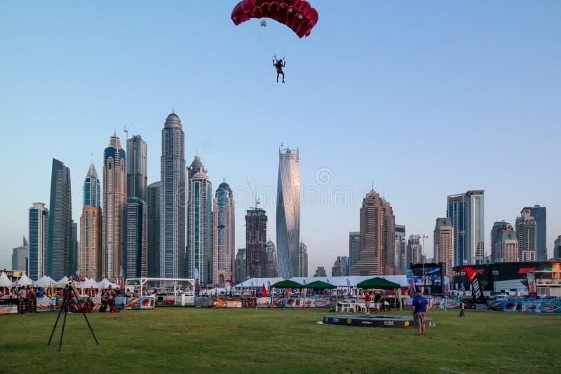 Atividades do salto de paraquedas e de água do divertimento da cidade de Dubai, atrações turísticas no porto de Dubai imagens de stock