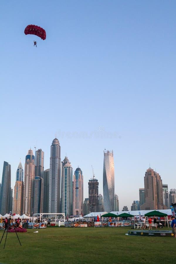 Atividades do salto de paraquedas e de água do divertimento da cidade de Dubai, atrações turísticas no porto de Dubai fotografia de stock royalty free