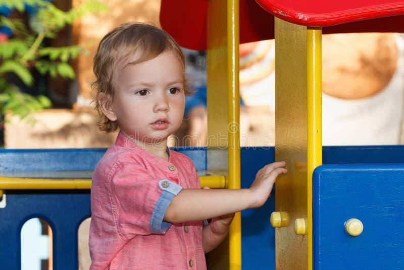 Atividades felizes das crianças, história de jogos da família Criança que joga fora imagens de stock