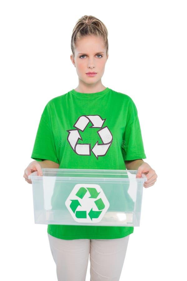 Ativista ambiental olhando de sobrancelhas franzidas que guarda a caixa de reciclagem vazia fotos de stock royalty free