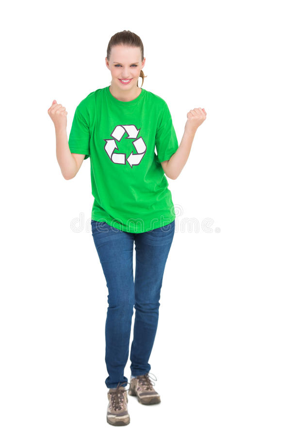 Ativista consideravelmente ambiental bem sucedido que aumenta seus punhos foto de stock