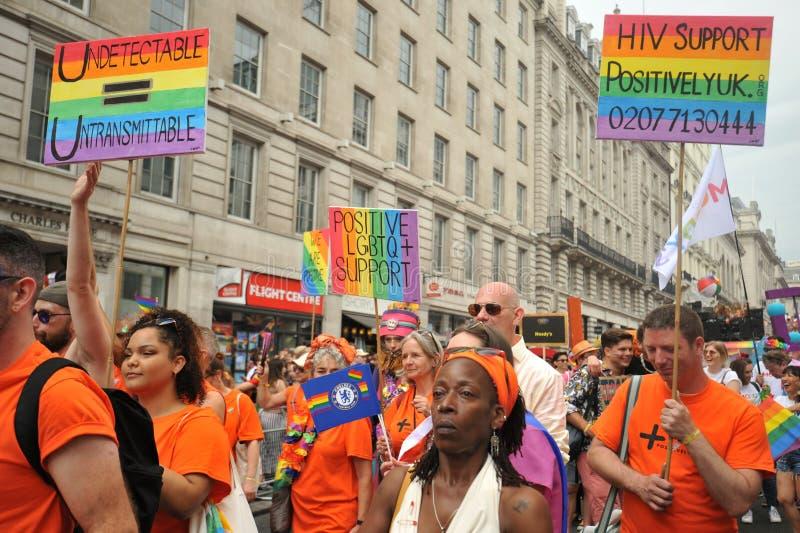 Ativistas alegres na Londres na parada de orgulho em Londres, Inglaterra 2019 foto de stock