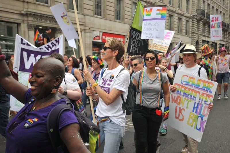 Ativistas lésbicas que marcham na parada de orgulho em Londres, Inglaterra 2019 fotos de stock