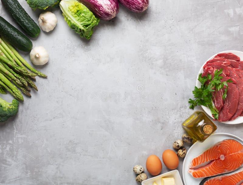 Atkins Les ingrédients alimentaires de la diète sur fond concret, le concept de santé, la vue d'en haut avec espace de copie images stock