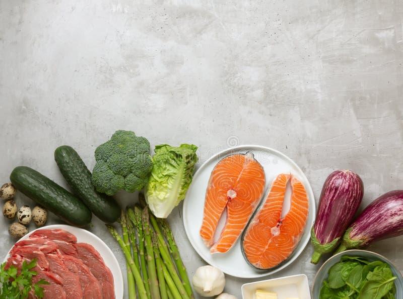Atkins Les ingrédients alimentaires de la diète sur fond concret, le concept de santé, la vue d'en haut avec espace de copie photographie stock libre de droits