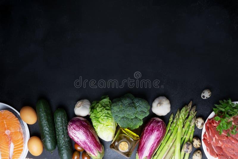Atkins Les ingrédients alimentaires de la diète sur le tableau noir, le concept de santé, la vue d'en haut avec l'espace de copie photos stock