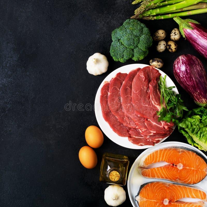 Atkins Les ingrédients alimentaires de la diète sur le tableau noir, le concept de santé, la vue d'en haut avec l'espace de copie images stock