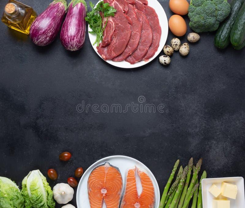 Atkins Les ingrédients alimentaires de la diète sur le tableau noir, le concept de santé, la vue d'en haut avec l'espace de copie photos libres de droits