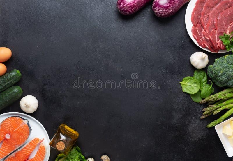 Atkins Les ingrédients alimentaires de la diète sur le tableau noir, le concept de santé, la vue d'en haut avec l'espace de copie image stock