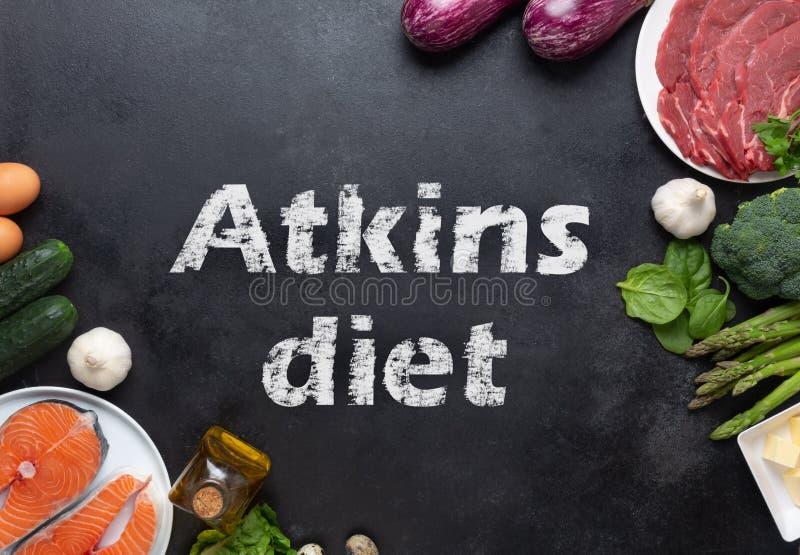 Atkins Les ingrédients alimentaires de la diète sur le tableau noir, le concept de santé, la vue d'en haut avec l'espace de copie photo libre de droits