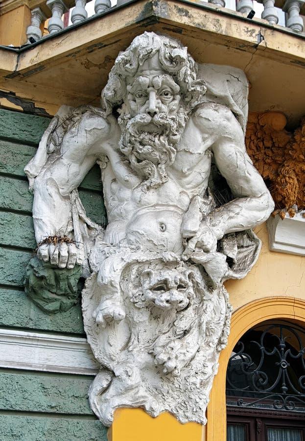 Atlant na fachada da biblioteca pública em Subotica fotos de stock royalty free