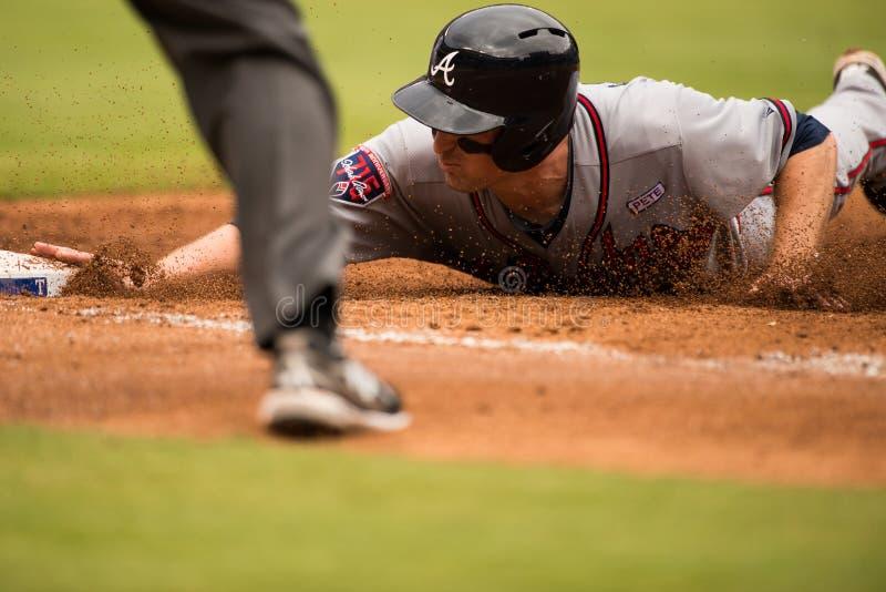Atlanta braves o corredor que desliza na primeira base imagens de stock royalty free