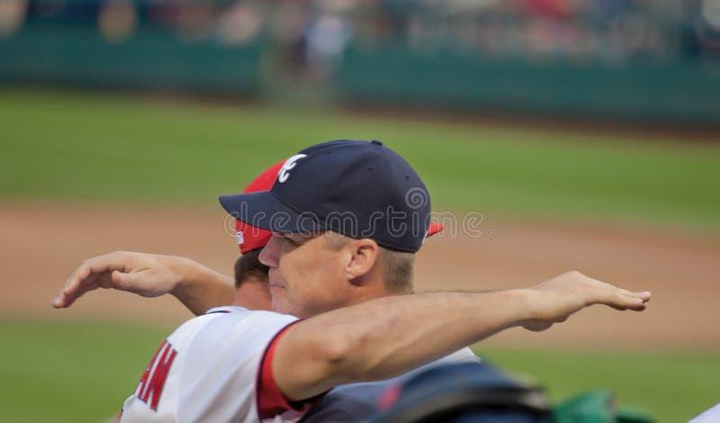 Atlanta Braves-Spieler-Abklopfhammer Jones Embraces Nationals Ryan Zimmerman stockbild