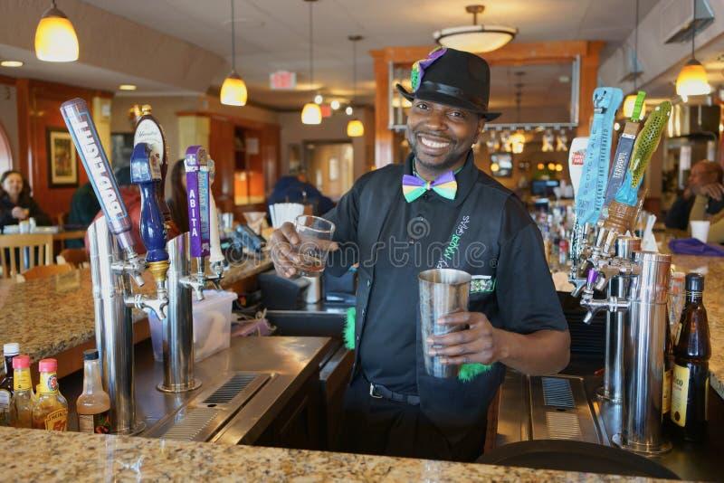 ATLANTA, GEÓRGIA, EUA - 19 DE MARÇO DE 2019: Um barman amigável está misturando um cocktail fotos de stock royalty free