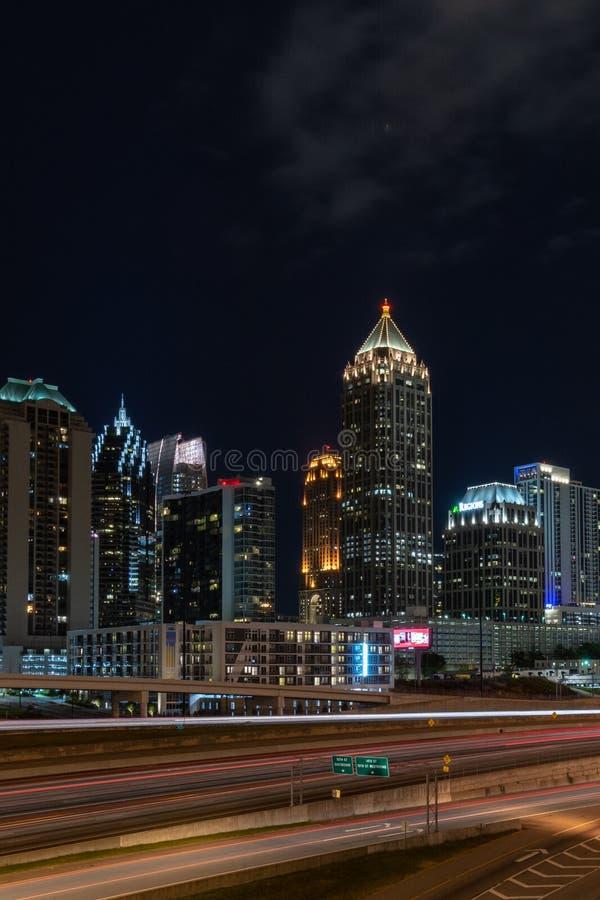 Atlanta Georgië bij nacht stock foto