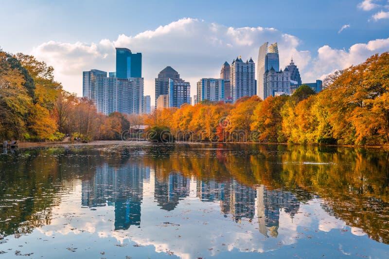 Atlanta Georgia, USA Piedmont parkerar horisont i höst royaltyfri foto
