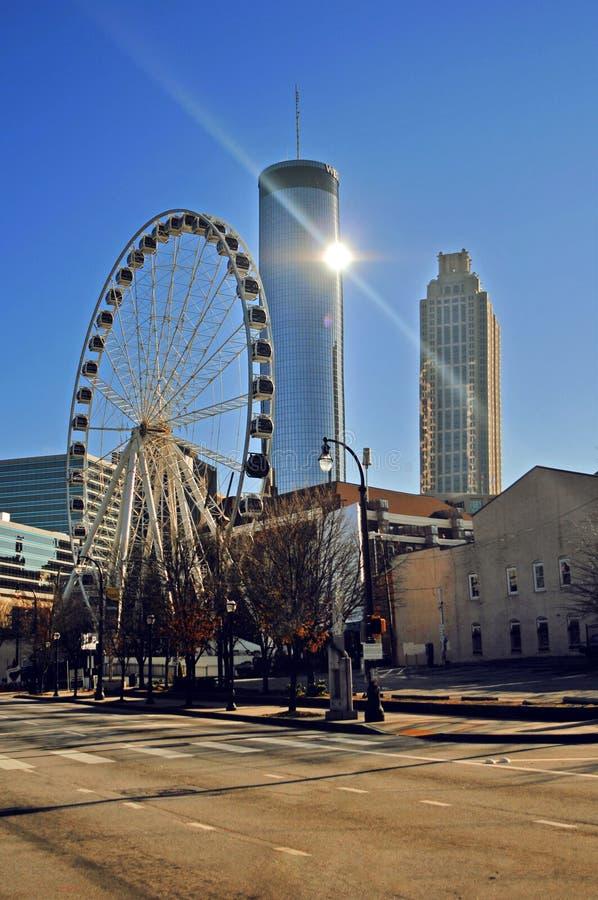 Atlanta-Stadtbild mit Riesenrad und Wolkenkratzern lizenzfreie stockfotos