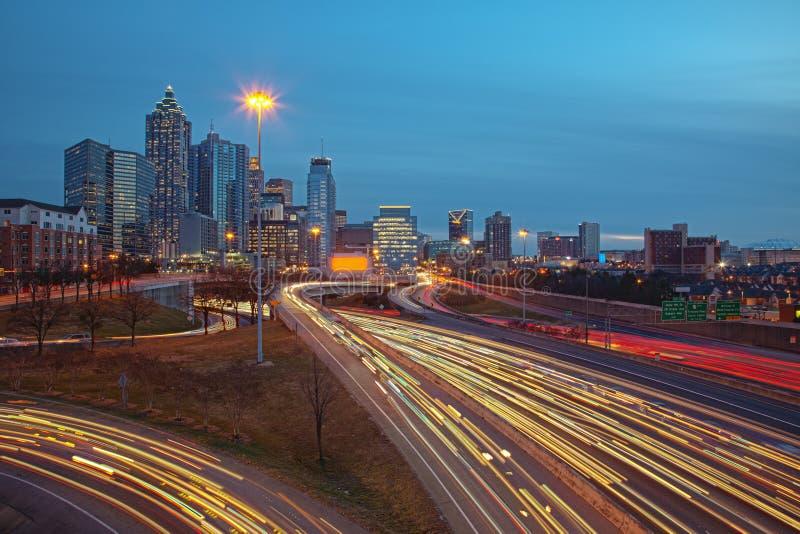 Atlanta-Verkehr und Skyline am Sonnenaufgangsonnenuntergang stockfotos