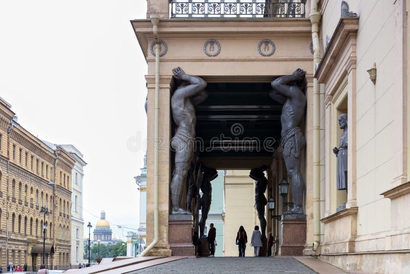 Atlantes на входе к музею новой обители € «Петербург Святого, Россия стоковое фото rf