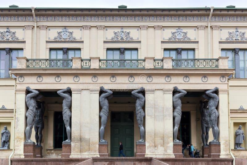 Atlantes на входе к музею новой обители € «Петербург Святого, Россия стоковая фотография rf