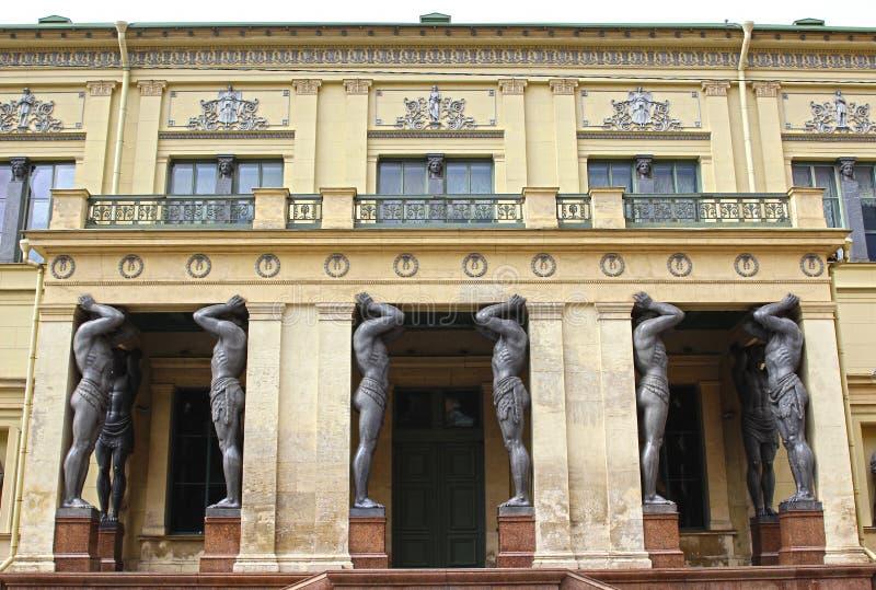 Atlantes de mármore, guardando o telhado do eremitério em St Peters fotos de stock royalty free