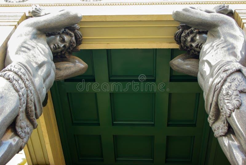Atlantes de mármore, guardando o telhado do eremitério em St Petersburg imagens de stock royalty free