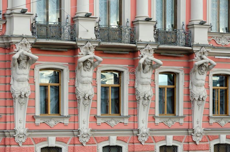 Atlantes do palácio de Beloselsky-Belozersky Sergievsky do palácio, St Petersburg, Rússia imagem de stock royalty free