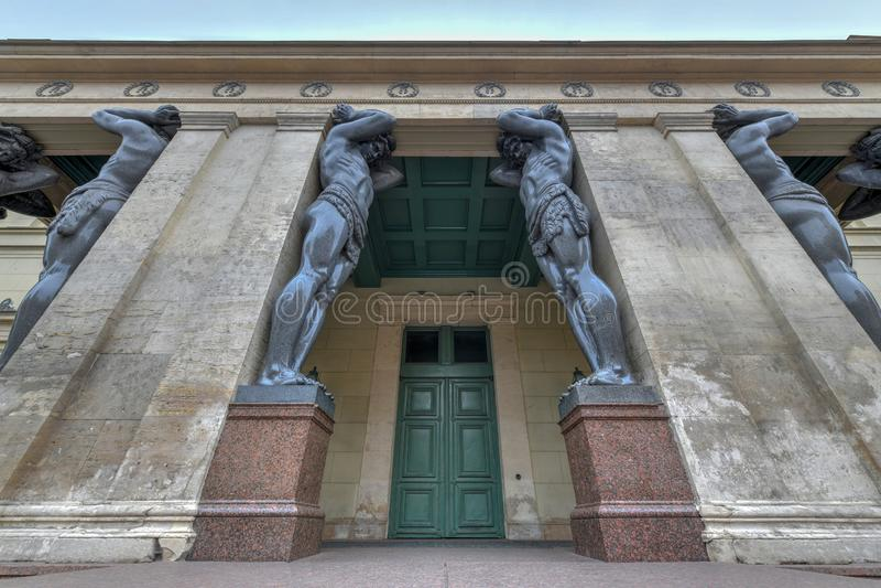 Atlantes, eremitério novo - St Petersburg Rússia imagens de stock