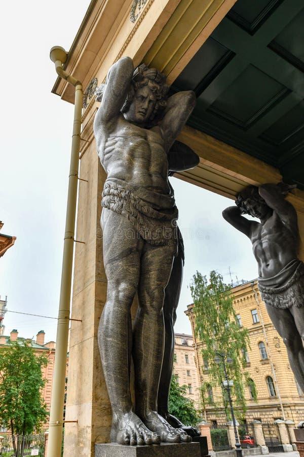 Atlantes, eremitério novo - St Petersburg Rússia imagem de stock