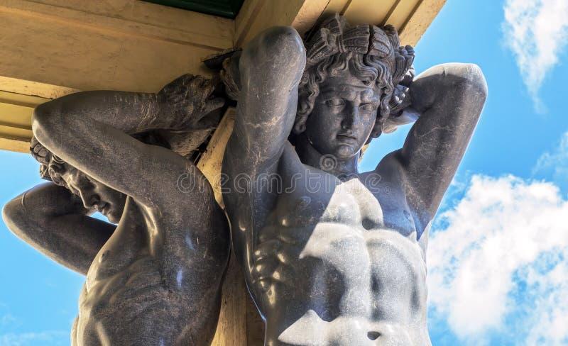 Atlantes i den nya eremitboningen, St Petersburg royaltyfri fotografi