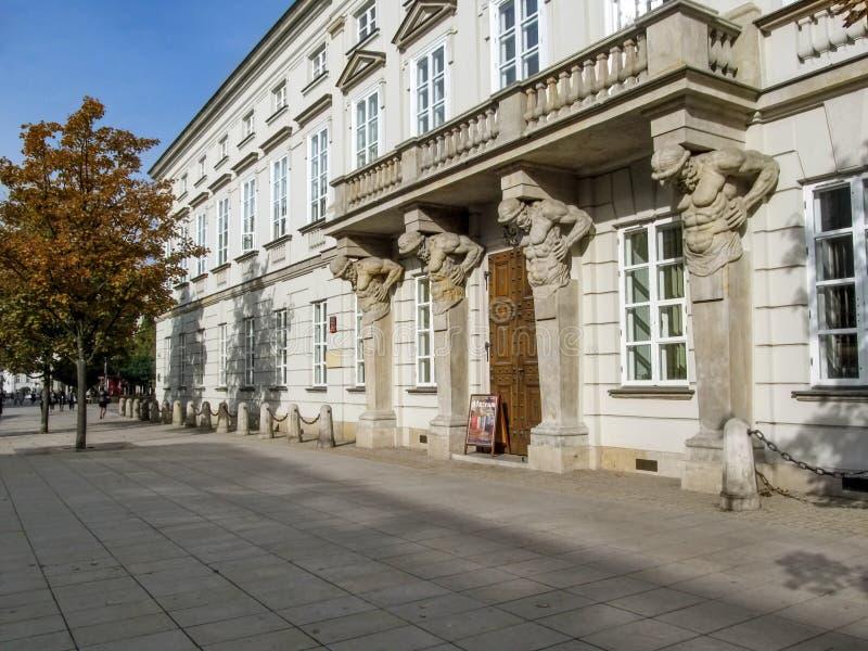 """Atlantes na fachada do palácio de Tyszkiewicz†""""Potocki na entrada ocidental em Krakowskie Przedmiescie em Varsóvia foto de stock royalty free"""