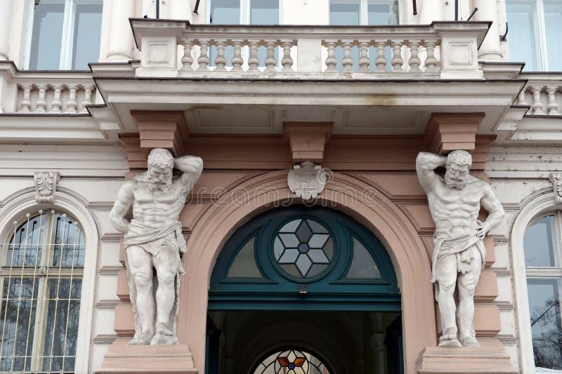 Atlantes que apoia o balcão de uma construção em Praga fotos de stock